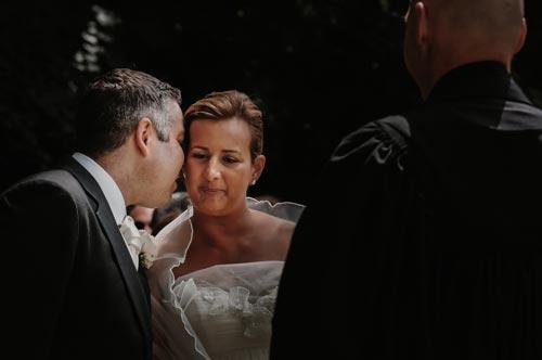 Le marié chuchote à l'oreille de la mariée pendant la cérémonie laïque