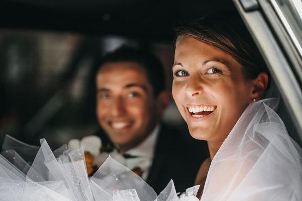 Jeunes mariés souriant à la sortie de la mairie