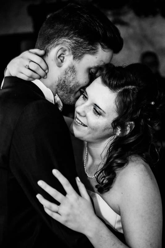 Première danse couple lors d'un mariage photographie en Noir et Blanc