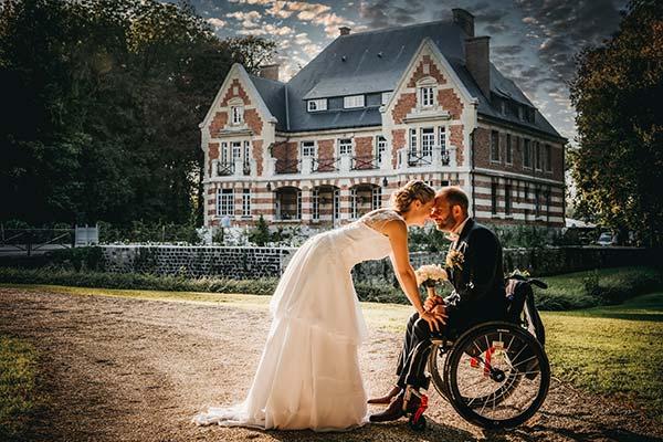 Couple de jeune marié devant le château de mariage