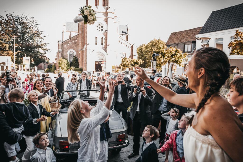 jeté de bouquet après la cérémonie de mariage