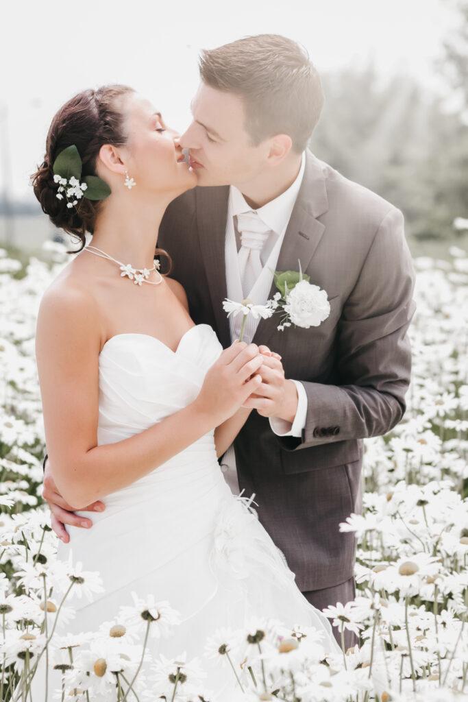 jeunes mariés qui s'embrassent