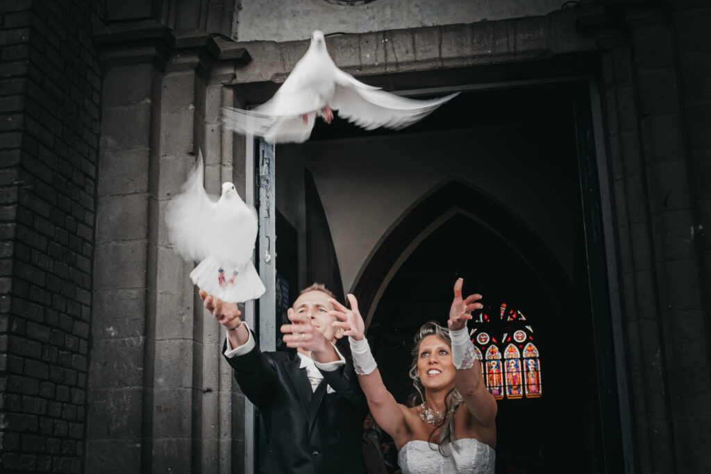 jeté de colombes à la sortie de la cérémonie de mariage à l'église
