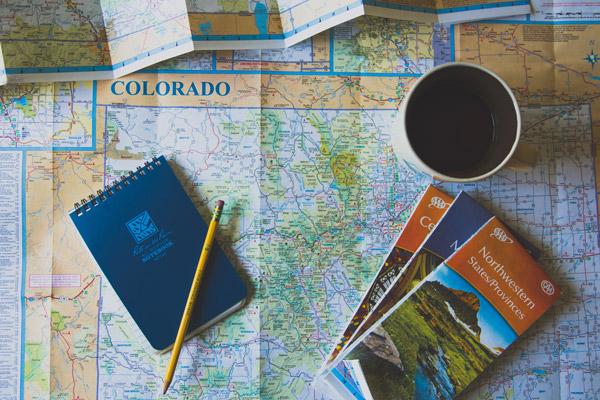Préparation de voyage cartes et guides