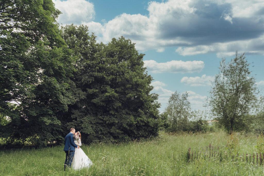 Couple de jeunes mariés à la citadelle de Lille